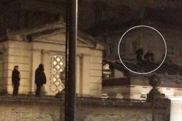 LONDON -- Several protesters with the group Fathers4Justice climbed on the roof at Buckingham Palace Sunday.